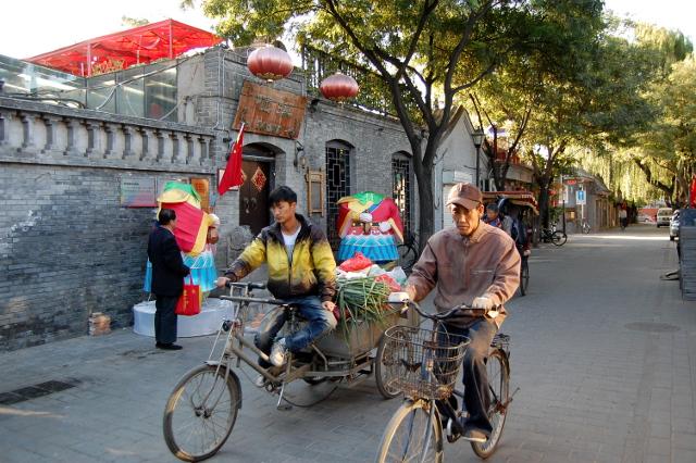 3. Die Nanluogu Xiang am frühen Morgen, den beiden Figuren im Hintergrund fehlen noch die Köpfe, die abends abgenommen werden.