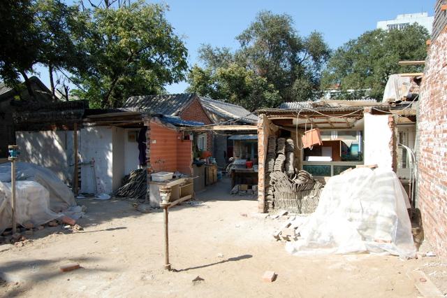 Teilweise abgerissenes Hutong-Gebäude