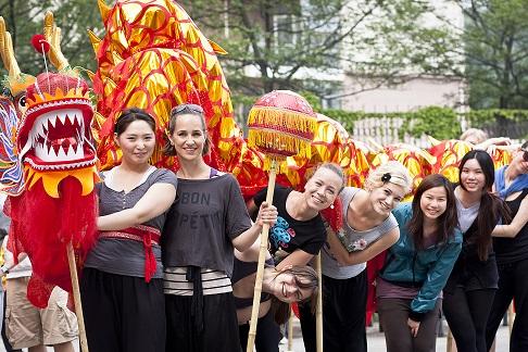 Drachentanzgruppe an der Universität Qingdao mit Christiane Schmalzl (2. v. links)